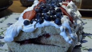 Cakerol met aardbeien, frambozen en bosbessen