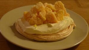 Stapeltoetje met mango en meringue