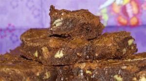 Brownies met pecannoten op een stapel