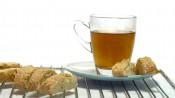 Taartrooster met kop thee en sinaasappelcantuccuni
