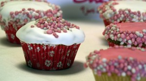 Cupcakes met eiwitglazuur en roze babymuisjes