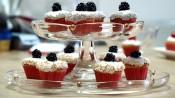 Bramencupcakes op een glazen standaard van twee verdiepingen