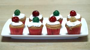 Schoteltje met acht cupcakes met bigarreaux