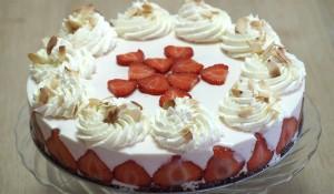 Kwarktaart met aardbeien en slagroom