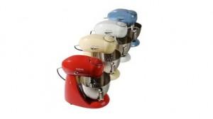 Vier keukenmachines op een rij; rood, creme, wit en blauw