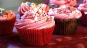 Wittechocoladecupcakes met aardbeientopping