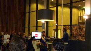 De winnares van de HEMA taartbakwedstrijd, Laura Schreur met Boudewijn Nieuwenhuijzen van HEMA