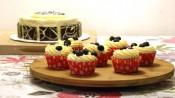 citroenbosbessencupcakes met daarachter de citroenbosbessentaart