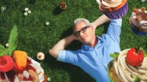 Rudolph ligt in het gras met cupcakes om zich heen