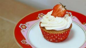Aardbeiencupcake op een schoteltje van Pip