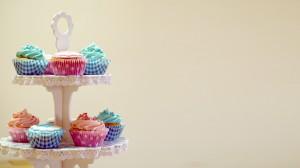 Roze en blauwe geboortecupcakes op een etagere