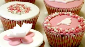 Geboortecupcakes met witte en roze fondant