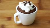 Espressokopje met chocoladecakeje, chocoladesaus en slagroom