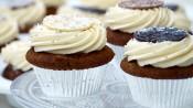 Kerstcupcake met dadels, dulce de leche, botercreme en chocoladeflik, naar een recept van de Hummingbird Bakery