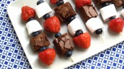 Spiezen met fruit, marshmellow en brownie